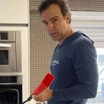Tadeu Schmidt relata 'pânico' após comida pegar fogo em casa