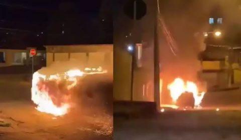 Carro pega fogo e desce desgovernado por rua de Minas Gerais