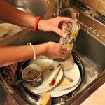 Alimentação, alojamento e serviços domésticos são setores mais prejudicados no emprego, diz Ipea