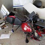 Homem perde controle de moto e invade loja de autopeças