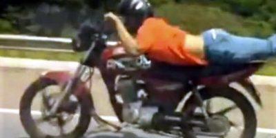 Jovem pilotava deitado na moto em Lavras e outro empinando o veículo