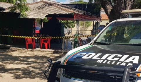 Homens armados matam mulher em calçada de bar