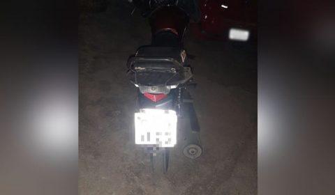 Motociclista alcoolizado joga moto contra policiais para fugir de blitz