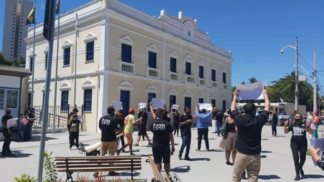 Empresários e bandas fazem carreata pelo retorno de eventos no Ceará