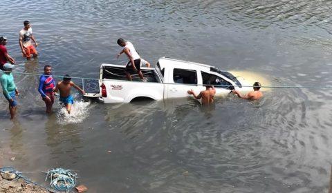 Sem motorista, caminhonete desce ladeira e cai dentro de rio