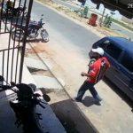 Veja ladrão em Barbalha furtando moto em frente a um mercadinho