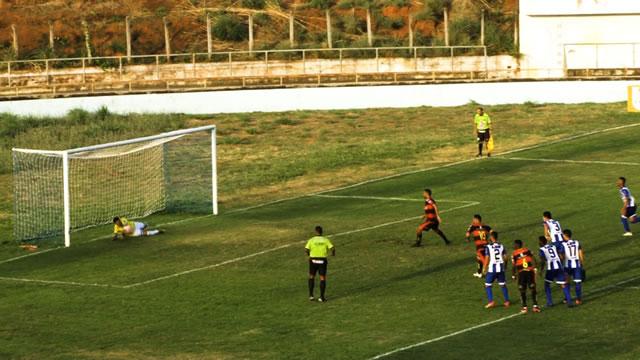 Goleiro do Crato pega pênalti e garante empate do Azulão contra o Guarani