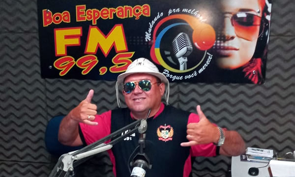 Radialista J. Marley Saraiva entrega a direção da Rádio Boa Esperança FM, em Barro
