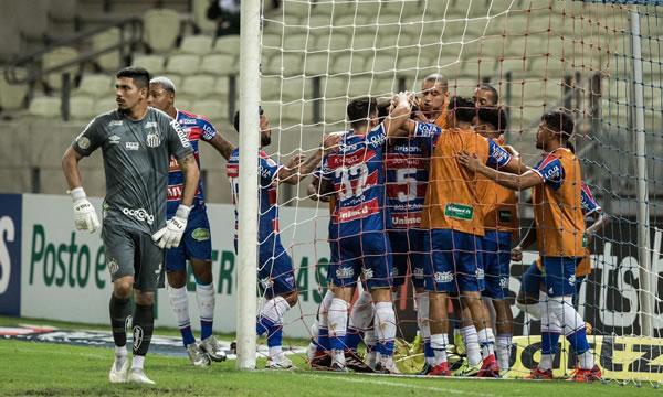 Fortaleza encerra jejum de vitórias, bate Santos e deixa zona de rebaixamento da Série A