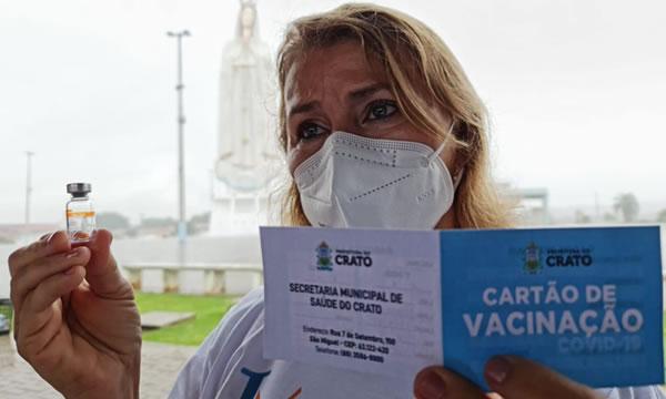 Enfermeira e condutor socorrista são os primeiros vacinados contra Covid-19, em Crato