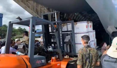 Lote inicial de vacinas contra Covid-19 deixa São Paulo com destino ao Ceará