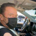 'Venha comigo se quiser viver', diz Arnold Schwarzenegger, ao tomar vacina