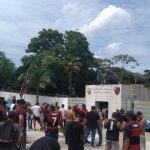 """Torcedores do Flamengo protestam no Ninho do Urubu: """"time sem vergonha"""""""