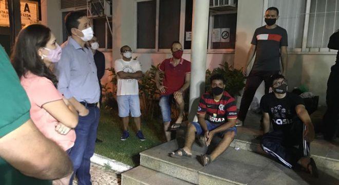 Glêdson Bezerra conversa com concursados em frente à Prefeitura de Juazeiro do Norte