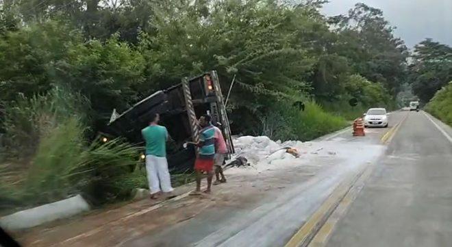 Carreta com carga de gesso tomba em Crato após pane nos freios