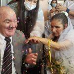 Casais de idosos que se apaixonaram durante pandemia casam em asilo, em Minas Gerais