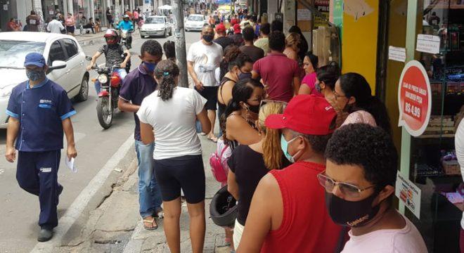 Filas para entrar em agência da Caixa lotam as calçadas do Centro de Juazeiro