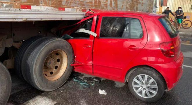 Mulher fica ferida após bater em caminhão carregado com frutas no Ceará
