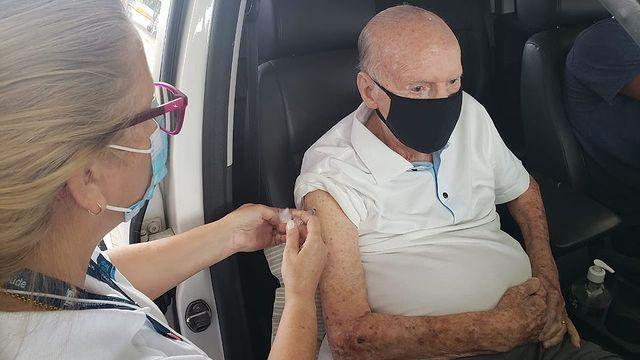 Aos 89 anos, Zagallo é vacinado contra a Covid-19 no Rio de Janeiro