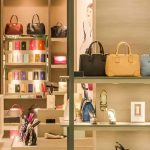 Mulher é acusada de usar R$ 825 mil de auxílio da pandemia para compras de luxo
