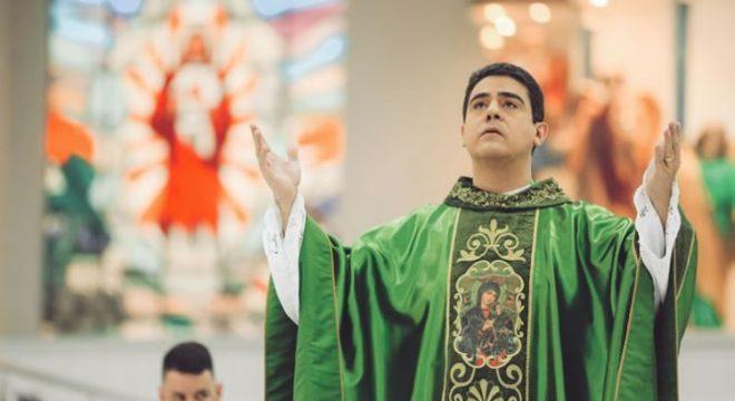Padre Robson tramou morte de dirigente de associação religiosa, indicam provas
