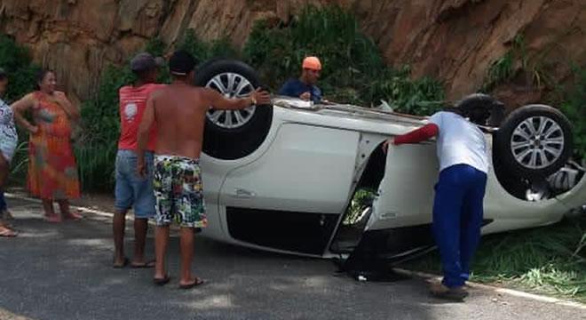 Carro com casal que saiu de Juazeiro capotou na descida da serra em Caririaçu