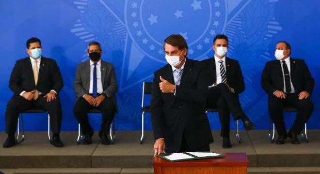 Após ser criticado por Lula, Bolsonaro usa máscara e abraça discurso pró-vacina