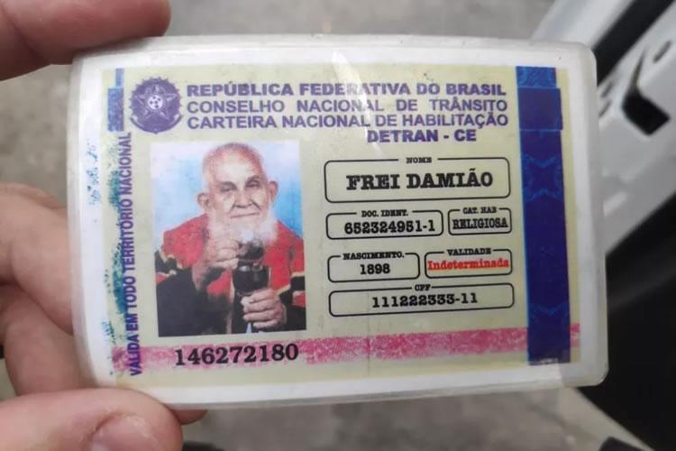 Idoso parado em blitz em Alagoas apresenta 'carteira de habilitação' de Padre Cícero e Frei Damião