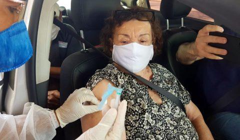 Idosos recebem a 2ª dose e doam alimentos em vacinação contra Covid-19 de Juazeiro do Norte