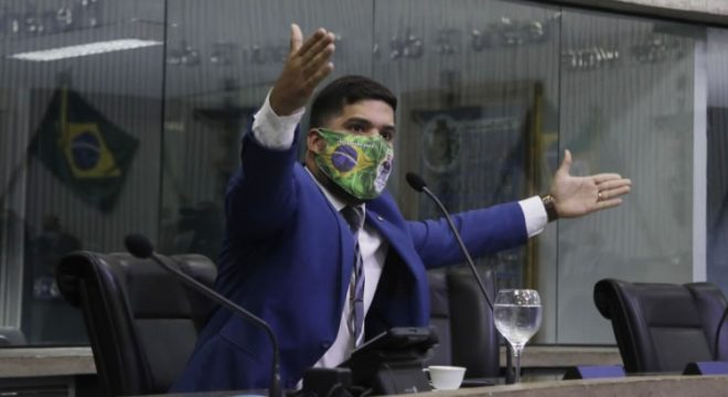 André Fernandes é denunciado por nepotismo por empregar tio e cunhado na AL