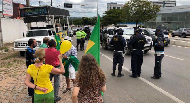 """Com helicóptero do CIOPAER, Polícia dispersa manifestação """"em prol do Brasil"""" na Praça do Giradouro"""