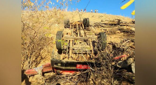 Caminhão carregado de ovelhas capota e mata duas pessoas em Quiterianópolis