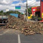 Carroceria de caminhão quebra na rotatória do Giradouro, madeira cai e atrasa o trânsito