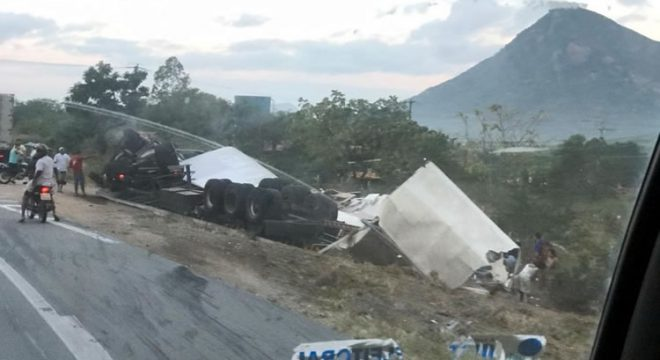 Caminhão tomba, e carga é saqueada em rodovia no interior do Ceará