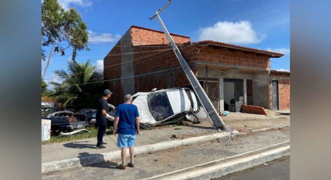 Motorista perde controle e destrói muro e portão de imóvel no Ceará