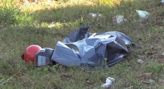 Idoso é colocado em saco plástico após ser considerado morto, mas se mexe e é salvo por repórter e PMs