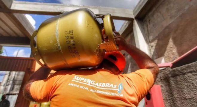 Gás de cozinha sofre novo reajuste nas refinarias a partir desta segunda-feira (14)
