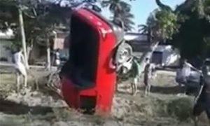Veículo fica em posição inusitada após cair em buraco no Ceará