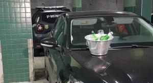 Polícia encontrou garrafas de bebidas alcoólicas, taças e balde com gelo no veículo dirigido por dono de pousada em Fortaleza (Foto: Rafaela Duarte/SVM)