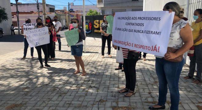 Professores fazem manifestação e secretária de Juazeiro informa que vai recorrer para realizar contratações temporárias