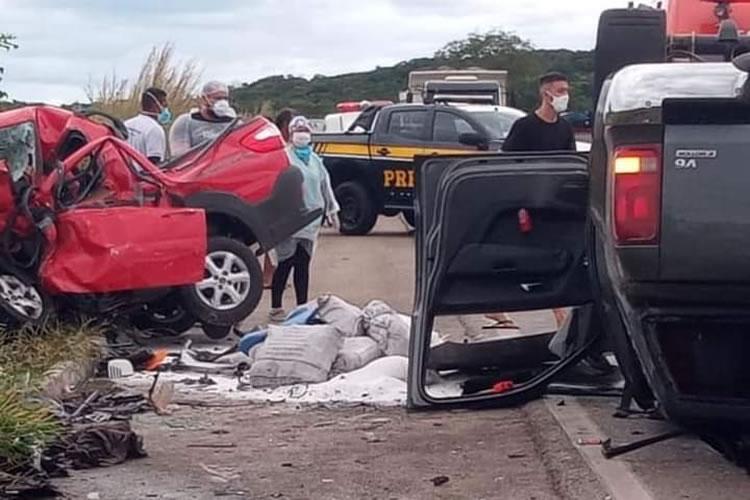 Grave acidente em Milagres com dois mortos presos às ferragens e dois feridos