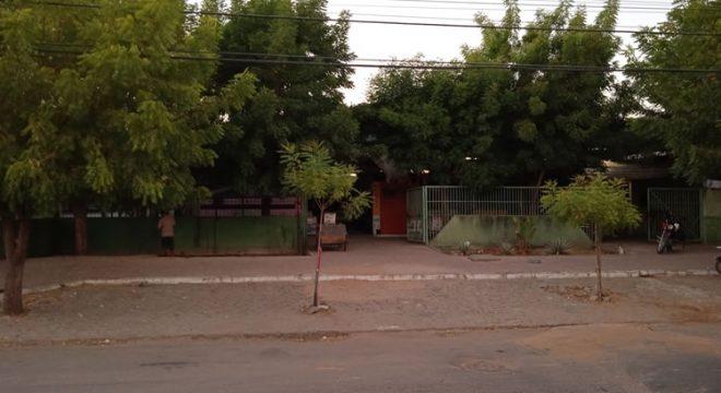 Criminosos tentam arrombar boxes em mercado de Icó