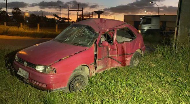 Carro com seis pessoas bate em postes e duas mulheres morrem, no Ceará