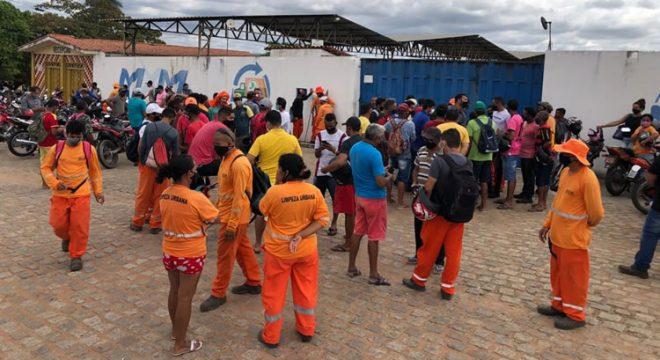 Trabalhadores da limpeza pública de Juazeiro do Norte se reúnem em frente à sede da MXM e cobram direitos