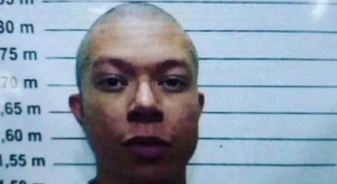Após ter habeas corpus negado no sábado, DJ Ivis aparece careca na prisão