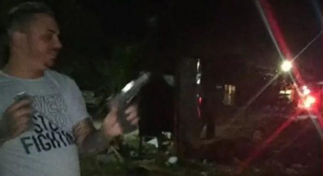 Homem dança e aponta arma com mira laser para policiais no Ceará e é preso