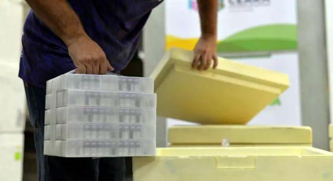 Ceará recebe novo lote com 93.600 doses da vacina da Pfizer contra a Covid-19