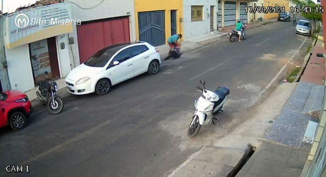 Ladrão arrasta mulher em rua de Juazeiro para tomar sua bolsa
