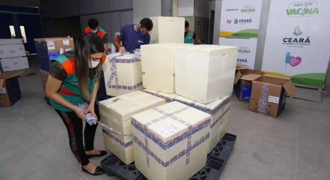 Ceará recebe 107 mil doses de vacina da Pfizer contra Covid-19