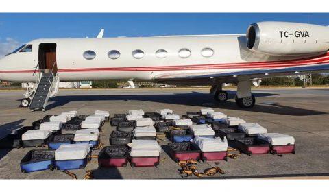 PF entra em jatinho, revista bagagens e encontra mais de uma tonelada de cocaína